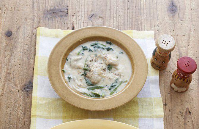 貝類のうまみと豆腐クリームのまろやかさは相性抜群!「かきとほうれん草のクリームシチュー」。(画像提供:枻出版社)