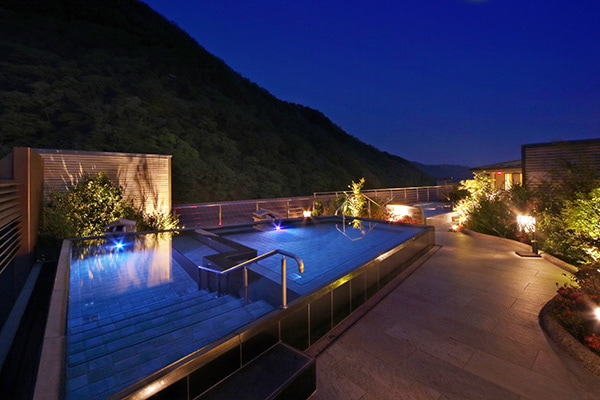 夜の空中庭園露天風呂