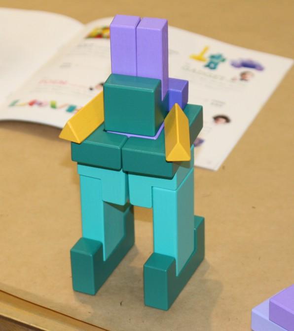 頭は紫、手は黄色、足は緑と色を考慮して作られた作品