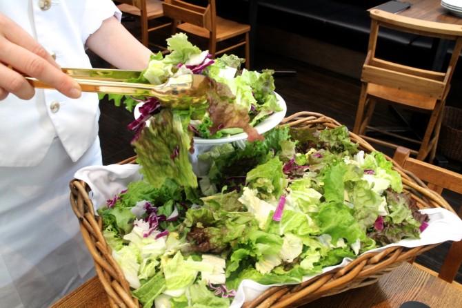 バスケットにたっぷり入った色鮮やかな野菜