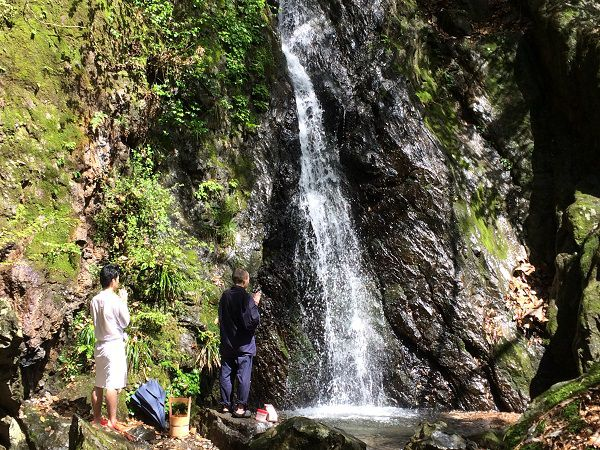 無我の中で自分自身を見つめる滝行体験