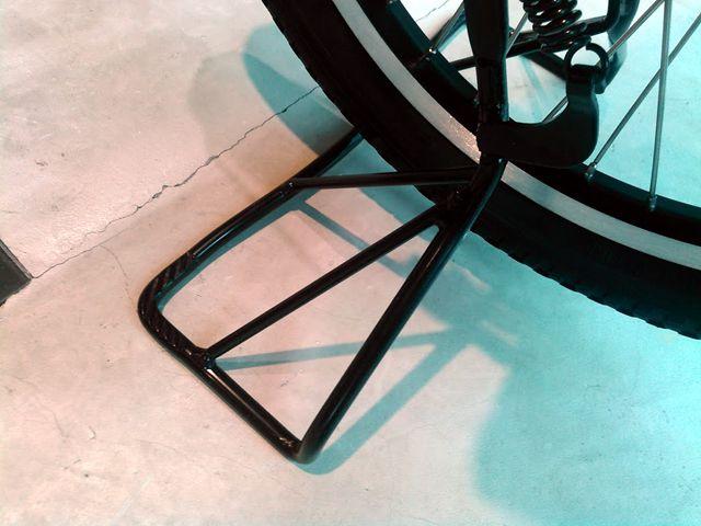 てこの原理で力を入れずに自転車を立てられる「スーパーラクラクワイドスタンド」