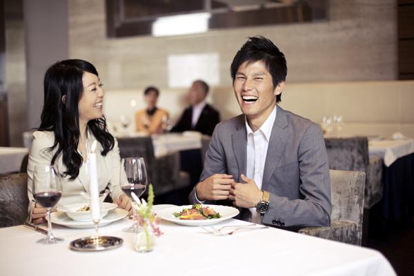 レストランで談笑する男女