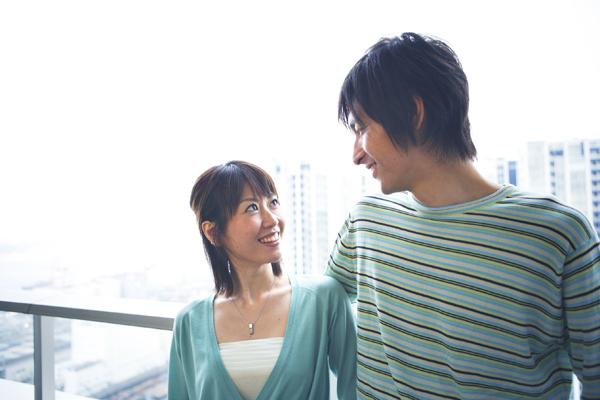 見つめ合うカップル