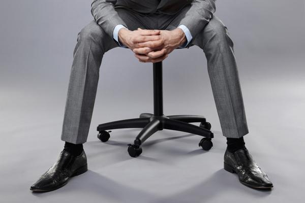 椅子に座っているビジネスマン