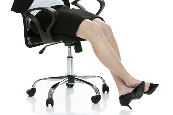 椅子に腰掛ける女性