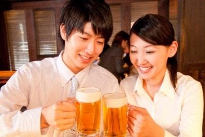 ビールでカンパイする男女