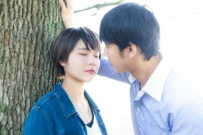 キスをしようとするカップル