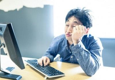 パソコンでだらだらする男性
