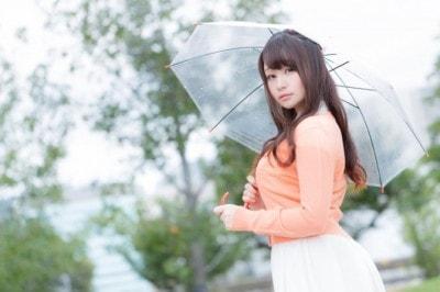 傘をさした女性