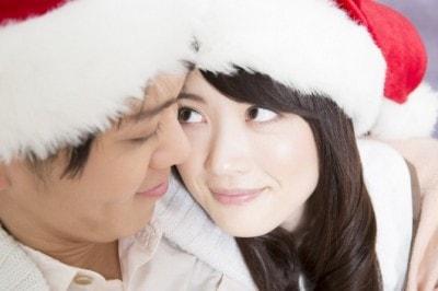 サンタ帽をかぶるカップル