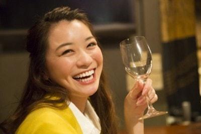 ワイングラスを持つ笑顔の女性