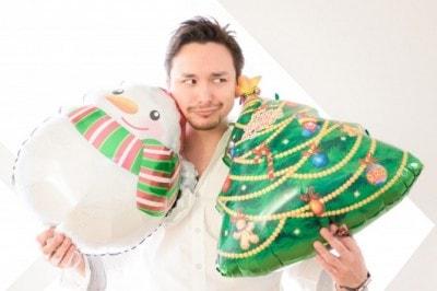クリスマスグッズを手に持つ男性