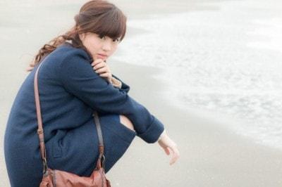 冬の海にいる女性