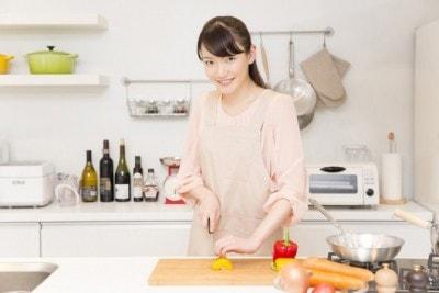 台所で包丁を持つ女性