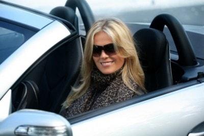 スポーツカーに乗る女性