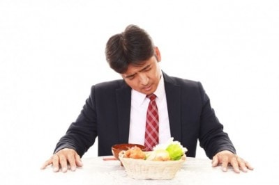 食事にがっかりする男性
