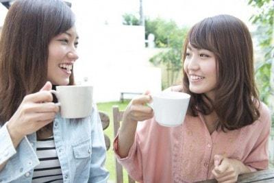 カフェで談笑する女性2人