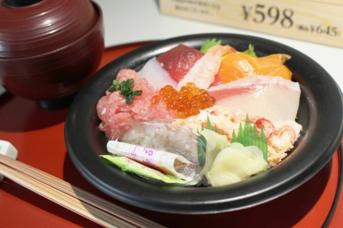「お魚屋さん自慢の8種海鮮丼」(税込み645円)