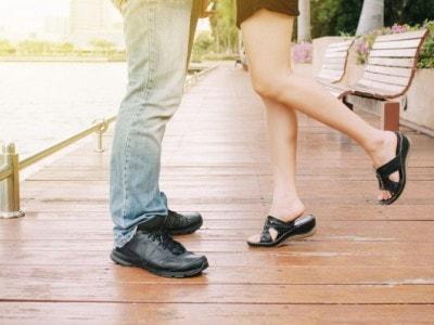 抱き合う男女の足元