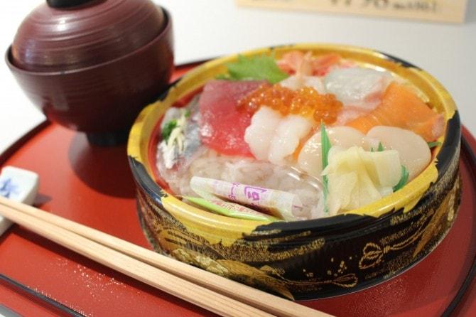 「彩り鮮やかこだわり海鮮丼」(税込み861円)