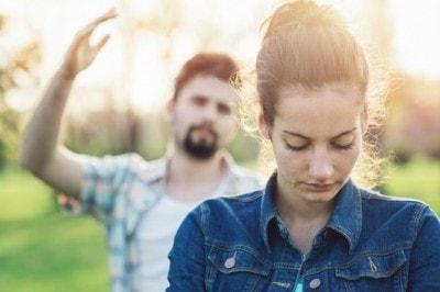 声を荒げる夫に不機嫌な女性