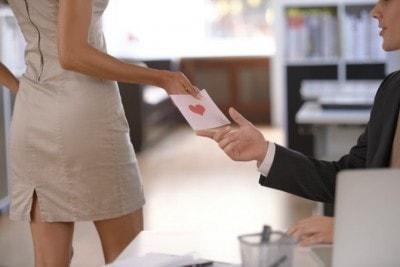職場恋愛をする男女