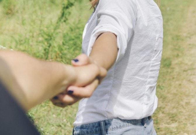 女性から手をつなぐ