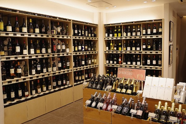 常時600種類以上のワインが、店内にズラリ!