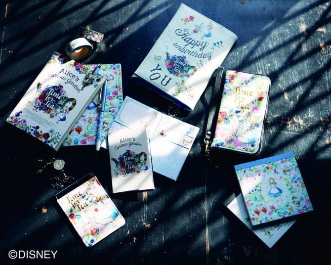 (写真左から時計回りに)マスキングテープ 各540円、ノートセット(2Pセット)648円、ボールペン 各1,026円、ブックカバー 1,944円、ブック型スマートフォンケース 3,456円、スクエアメモ 各540円、リールパスケース 2,376円、付箋セット 各540円