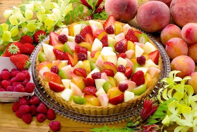 「桃と夏の果実のタルト」(piece 745円/whole(25cm)7,128円)