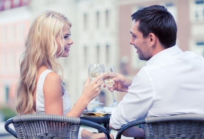乾杯してカフェで話すカップル