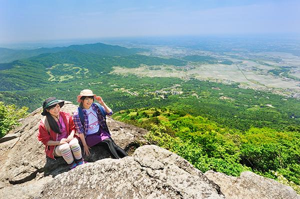 男体山山頂へは「筑波山頂駅」から約15分。標高877mの女体山山頂からは、地平線まで続く関東平野が一望!