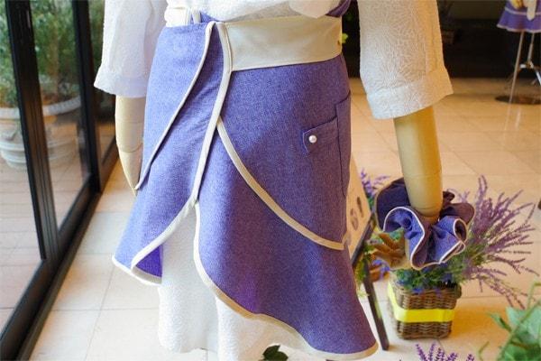 短めなスカート丈とハイウエストなリボンが足を長く見せてくれます。