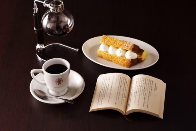 「BOOKシフォン(プレーン)」500円と「特製珈琲梟ブレンド」500円。※税抜価格