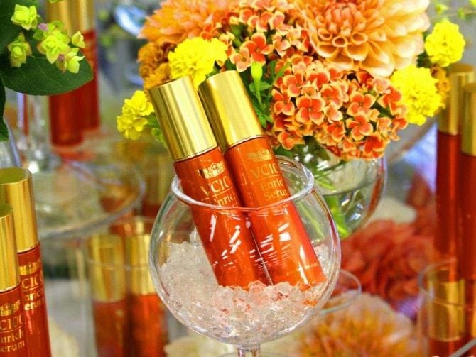 オレンジ色のパッケージが特徴のVC100シリーズ「VC100エンリッチセラム」。