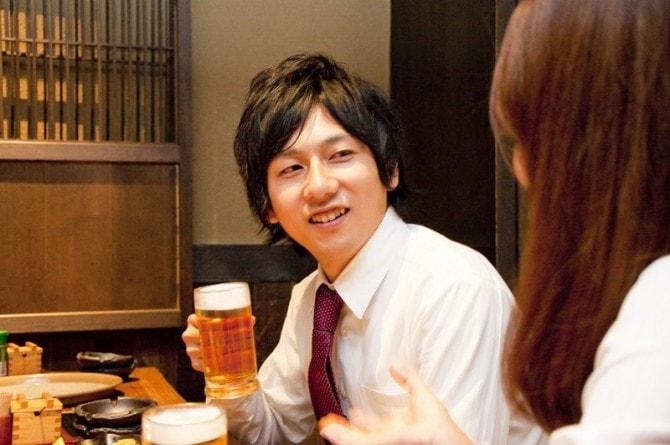 飲み会で話す男性