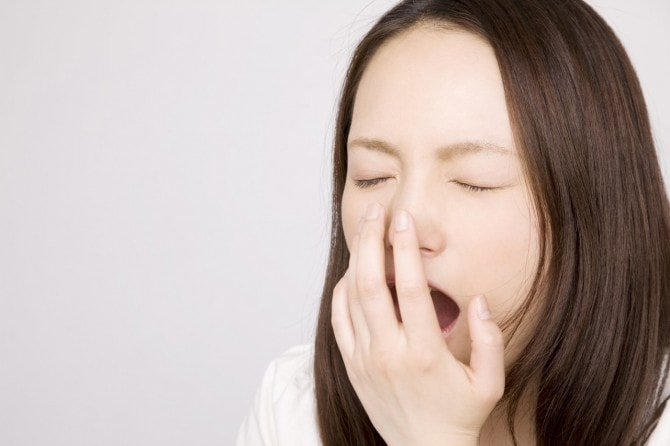 あくびする女性