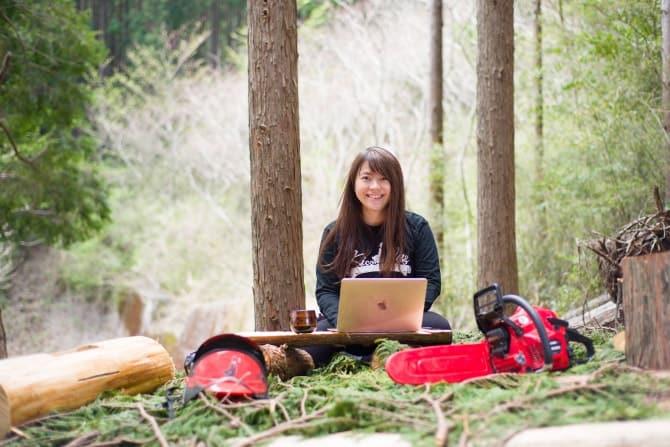 右手にチェーンソー、左手にMacBook。都内の広告会社で働く彼女は、熱海の木こりだった