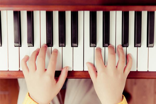 意外と知られていない音楽教育の効果 幼少期の子どもに「ピアノ」を習わせたい理由とは?