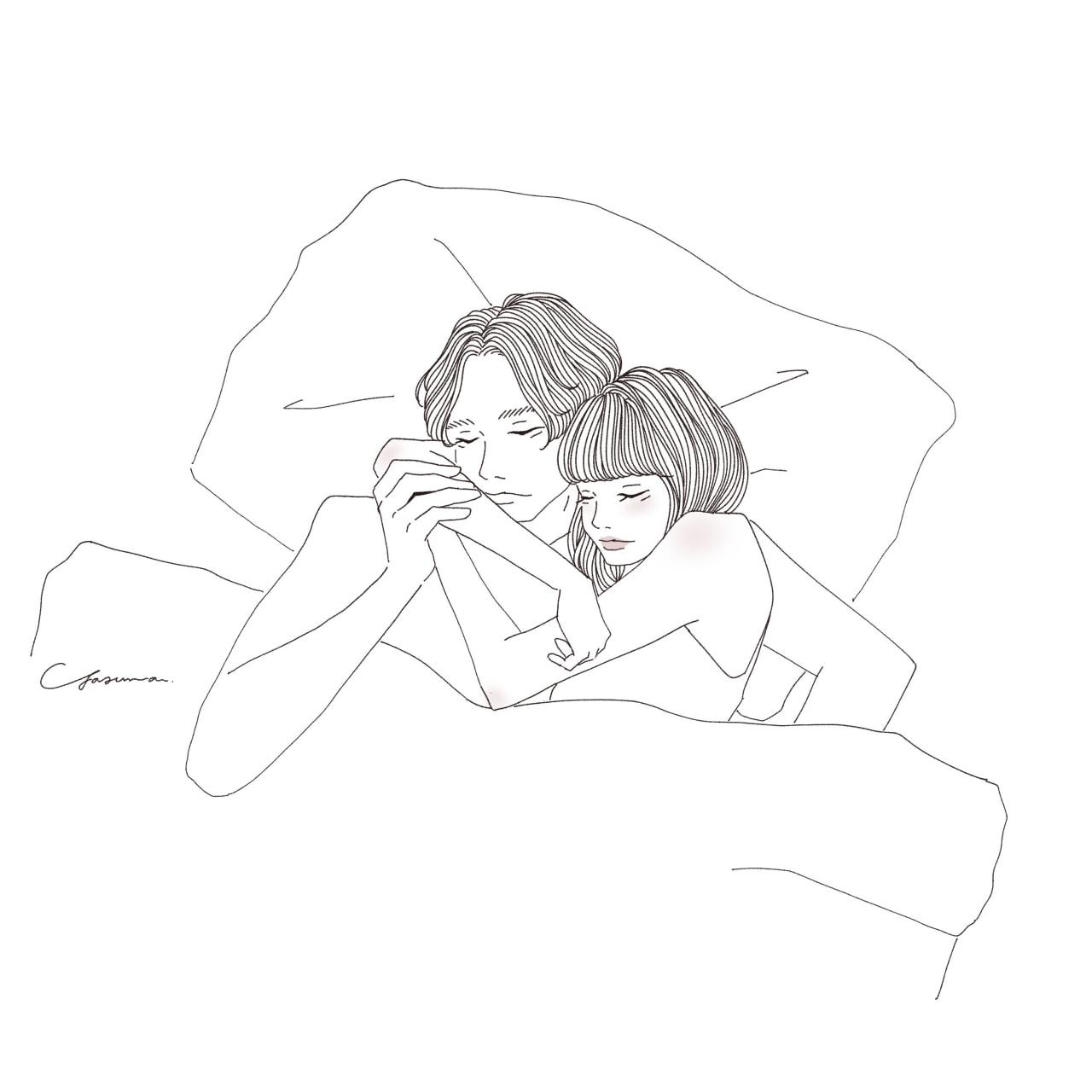 ベッドで女性の腕にキスをする男性