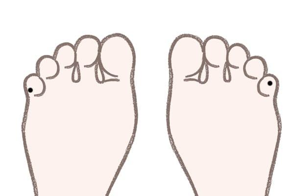 足の小指のほくろ裏側にある場合⇒おしゃべりな人気者