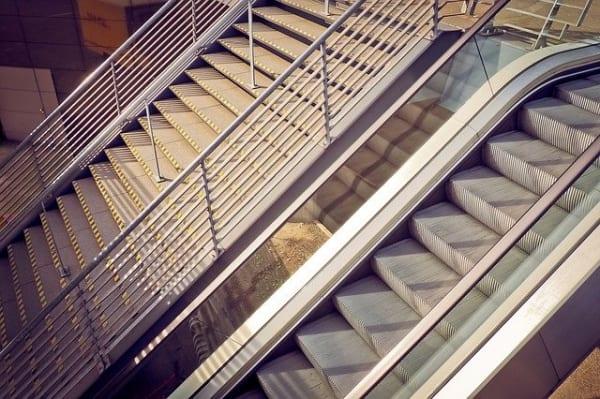 階段 夢占い 駅