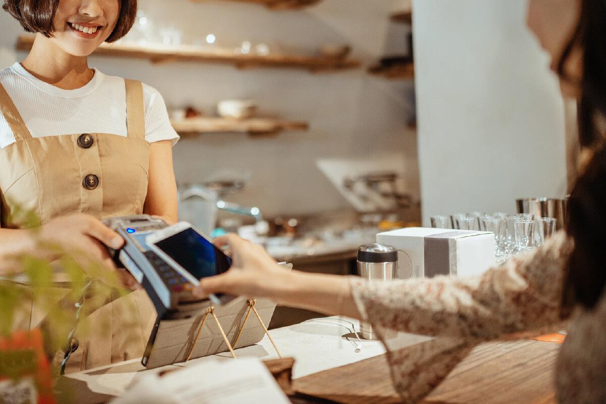 会計時にまつわるあるある コンビニのお会計で小銭を探してもたつき、気まずい空気。