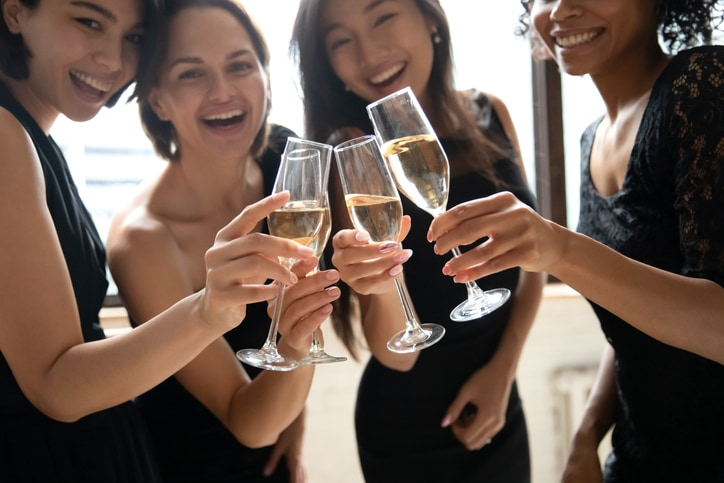 脚部分を持つ・女性が注ぐ……どちらもマナー違反⁉ 今さら聞けないワイングラスの基礎知識