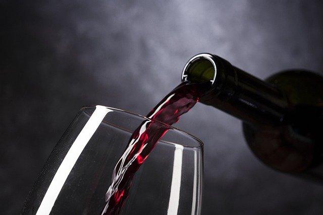 【心理テスト】グラスに赤ワインはどれくらい入ってる? 「あなたの結婚までの交際期間」