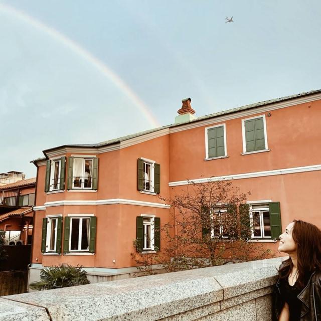 🌈Rainbow🌈 代官山歩いてたら、 急に夕方通り雨⛈ . . ポツポツだろうなぁと思ったらけっこうな雨量。笑 . . 「ここの建物きれいな色なんだよね〜」と呑気に話してたら、虹発見! . . 周りの子どもたちよりも先に、虹見つけた自信あり🤭 . . なんか嬉しくなる出来事でした♡