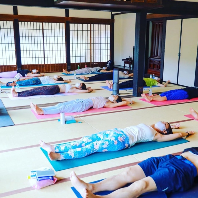 古民家ヨガ🧘♀️ シャヴァーサナは寝るものじゃないけど、頑張った日はつい夢見ちゃう😪 #yoga #ヨガ #古民家ヨガ #畳ヨガ #シャヴァーサナ #アーサナプラクティス #retreat  #無になれない日もあるさ #はたらくmuse