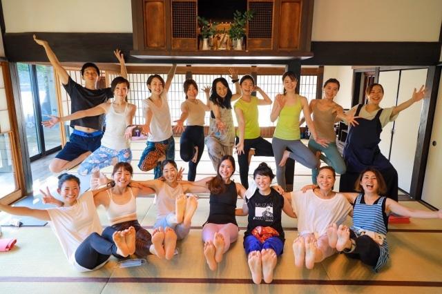 先週の古民家ヨガの思い出🧘♀️ まり先生(marin5o )のややハードめなレッスンと、ゆかり先生(yukari8859 )の愛情たっぷりごはん🍙 いつもの修行仲間にも久しぶりに会えたり、リラヨガ の先輩たちと交流したり、素敵な時間でした♡♡  前列はナヴァアーサナ(舟のポーズ)やるから最初みんな後ろにいたのね。笑 腸腰筋ほしいー💪  #yoga #古民家ヨガ #澁谷農園 #梶ヶ谷 #田園都市線 #retreat  #週末の過ごし方 #癒し #早くマスク無しでできる日がきますように #はたらくmuse
