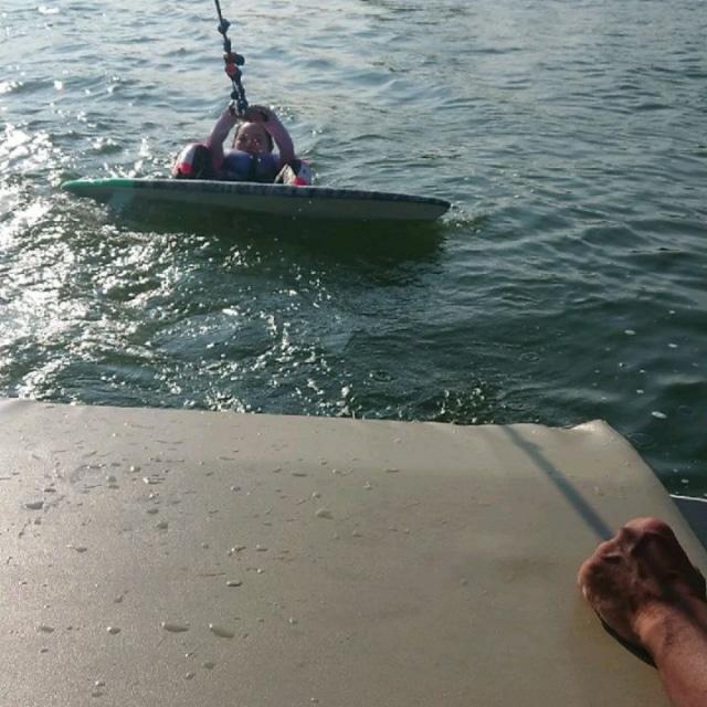 見てみて❗  ウェイクサーフィン🏂に挑戦だぁー‼️ ボートの波にのるサーフィン✨  3枚目動画が 人生初✨ウェイクサーフィン 1本目‼️  これで立てちゃったから 気持ちがどんどんノッてきて楽しくて😆🎶  無事にロングライドできましたー🤣⤴️  険し顔➡️笑顔 変化がすごすぎっ❗笑  波にのってる時はなーんか不思議な感じ🤭 めーっちゃ楽しくて また1つ趣味が増えそうですっ😁笑  興味があるものは 何でも挑戦したいんです私。  6cwakesurfboard  #ウェイクサーフィン #サーフィン #波乗り  #ボートサーフィン #マリンスポーツ #湘南 #体幹 #夏の思い出 #はたらくmuse #アクティブ #挑戦 #アクティブ女子 #人生エンジョイ #人生一度きり #wakesurfing #wakesurf #firstride #goodholiday #surf #enjoy #challenge #challenger #smile